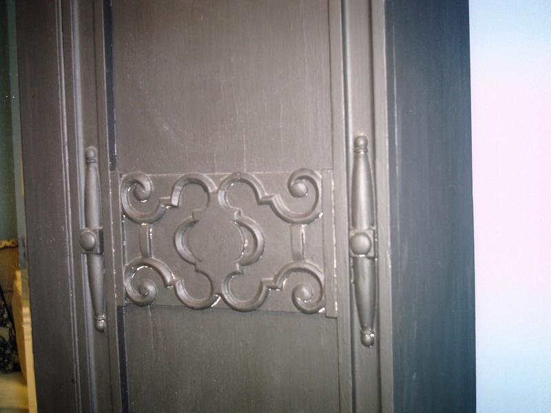 Close_up_of_armoire_detail